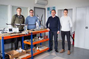 Darijus Pagodinas su studentais prie elektrokopterio
